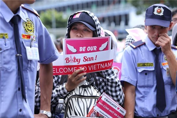 """Các bạn chuẩn bị bong bóng, poster với lời nhắn: """"Baby San! Welcome to Vietnam""""."""