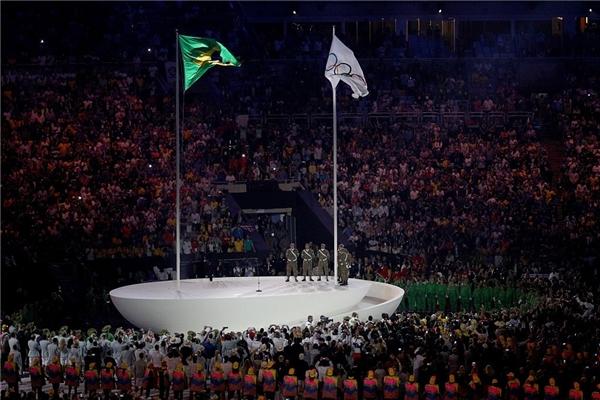 Cả khán phòng như muốn nổ tung khi cờ Brazil được kéo lên ngay cạnh cờ Olympic. Năm nay, Brazil sẽ là nước chủnhà chủ nhà đăng cai tổ chứcthế vận hội Rio 2016. Trong giờ khắc linh thiêng và trọng đại ấy, tất cả mọi người đều giữ tư thế nghiêm trang và tác phong đường hoàng.