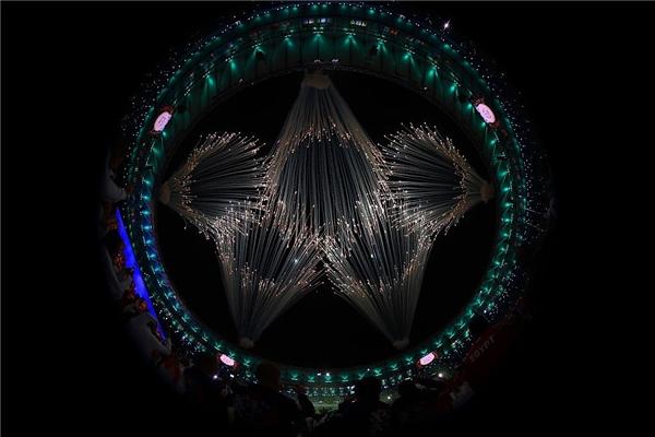 Một khoảnh khắc lan tỏa pháo hoa khó quên trong buổi lễ, hình các cụm pháo tròn tụ lại vào nhau tượng trưng cho 5 vòng màu- biểu tượng truyền thống củaOlympic, đại diện cho 5 châu lục trên thế giới tham gia các kì Olympic (trong đó Bắc và Nam Mỹ là một khu vực, cùng với châu Á, châu Âu, châu Phi và châu Úc).
