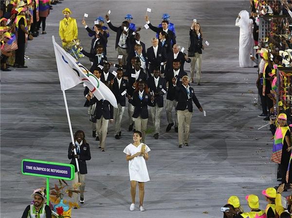 Đây là hình ảnh đoàn vận động viên người tị nạn đang diễu hành. Olympic năm nay sẽ có thêm thành phần mới này, nhằm tạo điều kiện cho những tuyển thủ không quốc tịchđược tham gia vào sân chơi thế giới. Họ đãnhận được sự chào đón nồng nhiệt cũng như những lời cổ vũ chân thành từ khán giảkhắp các quốc gia.