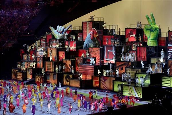Sân khấu được bố trí như các thùng hàng mang hơi hướng tự do và nghệ thuật. Màn trình diễn sắc màu của các vũ vông cùng với sự trang hoàng sặc sỡ đã thực sự khuấy động không gian, khiến cho tinh thần của buổi lễ trở nên nóng sốt hơn bao giờ hết.