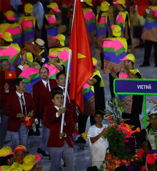 Vận động viênVũ Thành An vinh dựcầm cờ cho TTVN tại lễ khai mạc Olympic.