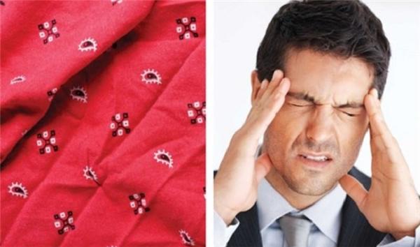Thắt một cái khăn rằn quanh đầu, siết chặt cho đến khi bạn cảm thấy có áp lực tác động lên một vài điểm quanh đầu. Khăn sẽ làm giảm dòng chảy của máu đến da đầu, nhờ đó làm giảm cơn đau đầu do mạch máu bị sưng lên. Để tăng hiệu quả, bạn hãy nhúng khăn rằn vào dấm. Bạn có thể không thích mùi dấm, nhưng phương pháp này bảo đảm công hiệu.