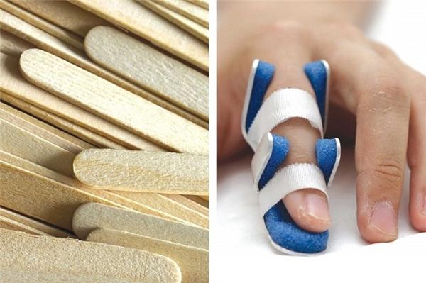 Nếu ngón tay bị gãy, bạn nên đi khám bác sĩ. Nhưng nếu chưa đi khám được, hãy cố định vết thương bằng vài que kem và đệm bằng băng gạc.