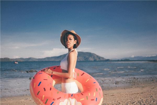 Min đã rất chỉn chu trong phần viết kịch bản, để có thể tạo nên một sản phẩm mùa hè khác biệt so với những MV khác: Một câu truyện xen lẫn giữa ảo và thực, một chút hành động đan xen với tình cảm hài hước.
