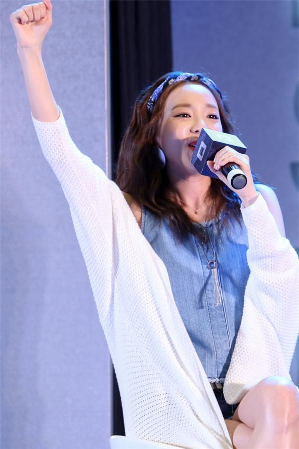 """Dara chia sẻ vô cùng cảm kích trước tình cảm của các bạn đã dành cho mình. Khi được biết thông tin trưa qua, người hâm mộ đã """"đội mưa"""" để đón mình, nữ ca sĩ xúc động và nói """"Giữ gìn sức khoẻ nha!"""" bằng tiếng Việt khiến không khí như vỡ oà."""