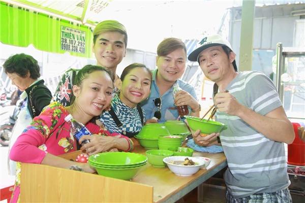 Hoài Linhvừa chạy từ Đà Lạt về (anhđang quay phim ở đây) để phụ diễn cho Hồng Phượng rồi lại quay lên tiếp tục công việc.
