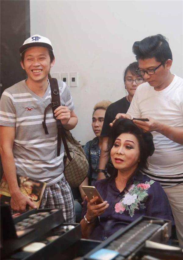 Không những thế, Hoài Linh còn hóm hỉnh tạo tiếng cười vui nhộn cho các nghệ sĩ trong hậu trường.