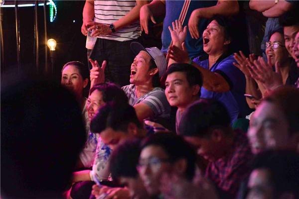 Sau khi hoàn thành phần hỗ trợ cho Hồng Phượng, dù rất bận rộn nhưng Hoài Linh vẫn nán lại tới phút cuối để cổ vũ cho những tiết mụcdự thi còn lại của các thí sinh.