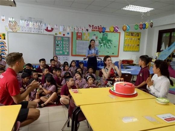 Dẫu bận rộn với công việc nhưng Hồ Ngọc Hà đã dành sự bất ngờkhi xuất hiện và tổ chức sinh nhật cho con trai tại trường vào tháng 6 vừa qua.  - Tin sao Viet - Tin tuc sao Viet - Scandal sao Viet - Tin tuc cua Sao - Tin cua Sao