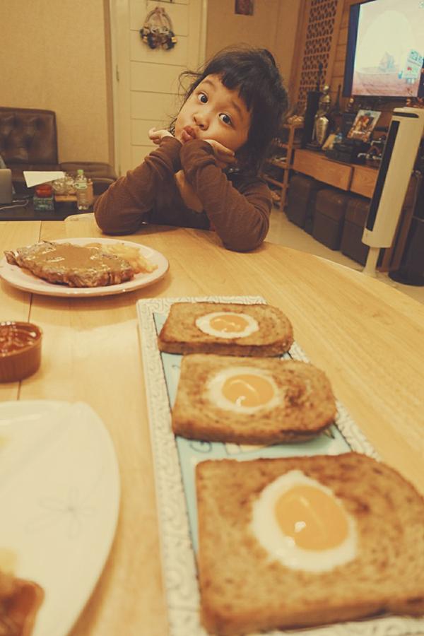 Diệp Chi dành thời gian chăm chút từng bữa ăn cho con gái.