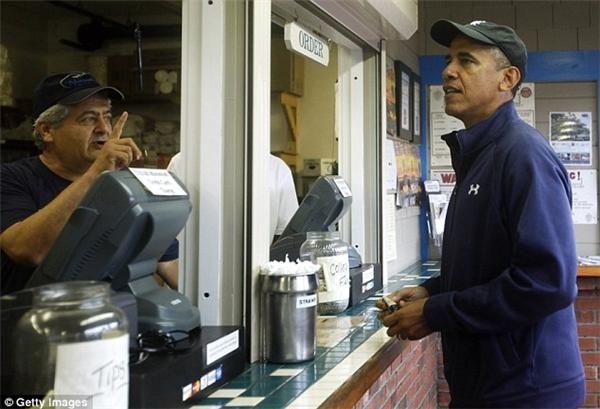Tổng thống Obama xếp hàng gọi món tại quán ăn này vào chuyến nghỉhè năm 2013.(Ảnh: Getty Images)
