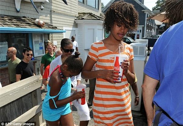 Đệ nhất phu nhân và hai cô con gái tại quán ăn Nancy's vào năm 2009.(Ảnh: AFP)