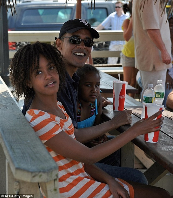 Ông Obama và cáccon gái dùng bữa tại Nancy's vào năm đầu ở Nhà Trắng. (Ảnh: AFP)