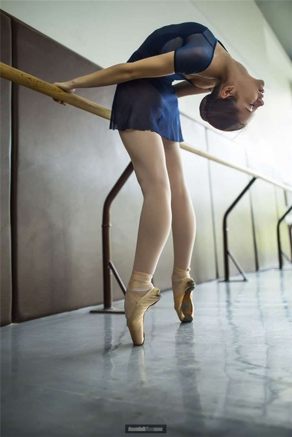 Vì đặc thù công việc, các vũ công buộc phải đứng trên các mũi chân.