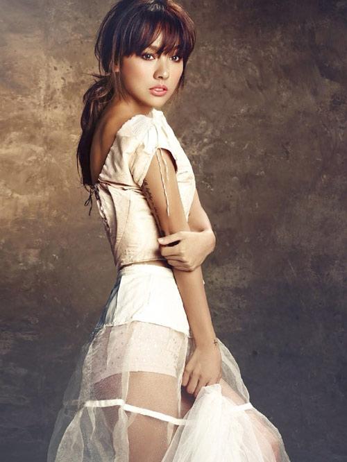 """Đến tháng 6, Lee Hyori lên tiếng xác nhận việc album mới của cô đạo nhạc, nhưng giải thích cô không biết gì về sự sao chép này vì toàn bộ ca khúc đều do nhạc sĩ Lee Jae Young nhào nặn. Sau khi dính vào vụ bê bối này, Lee Hyori phải tạm ngưng các hoạt động âm nhạc. Nhạc sĩ Lee Jae Young bị kết tội """"cản trở công việc của người khác, lừa đảo và giả mạo trong hoạt động âm nhạc"""", nhận án phạt 1 năm 6 tháng tù giam. - Tin sao Viet - Tin tuc sao Viet - Scandal sao Viet - Tin tuc cua Sao - Tin cua Sao"""
