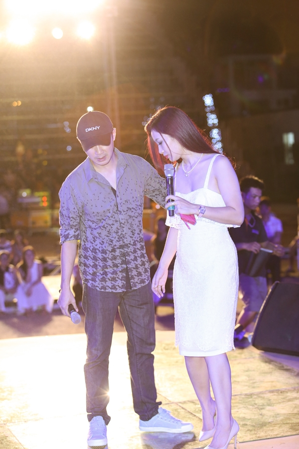 Nam MC còn cùng Quý bà Thu Huơng trao đổi để địnhra vị trí đẹp nhất cho các thí sinh khi xuất hiện trên sân khấu.