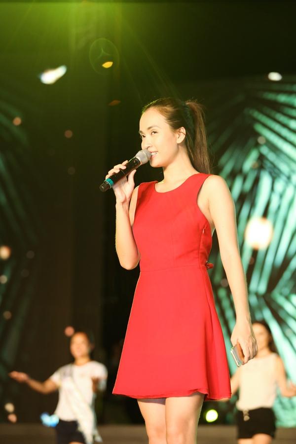 """Nữ ca sĩ sẽ cùng """"đàn chị"""" Hiền Thục trình diễn mash-up: Tôi thấy hoa vàng trên cỏ xanh, Xinh tươi Việt Nam và Hello Việt Nam mở màn chương trình."""