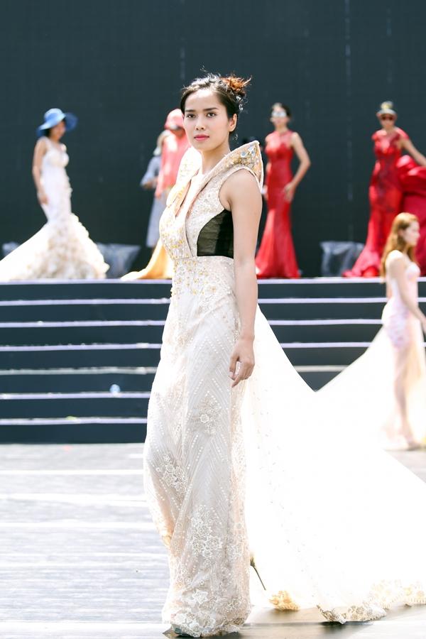 MC Anh Tuấn đội nắng chạy chương trình cùng 40 thí sinh Hoa hậu