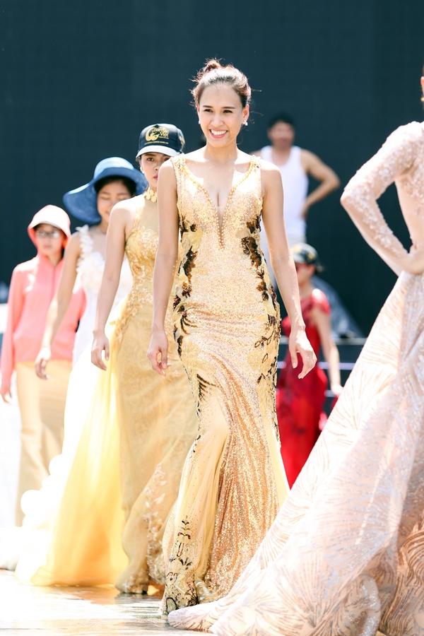 Các thí sinh Hoa hậu Bản sắc Việt toàn cầu dù phải giăng nắng từ sáng đến trưa cũng không bị mất tinh thần. Ngược lại, các cô gái đều tỏ ra tươi tắn, vui vẻ.