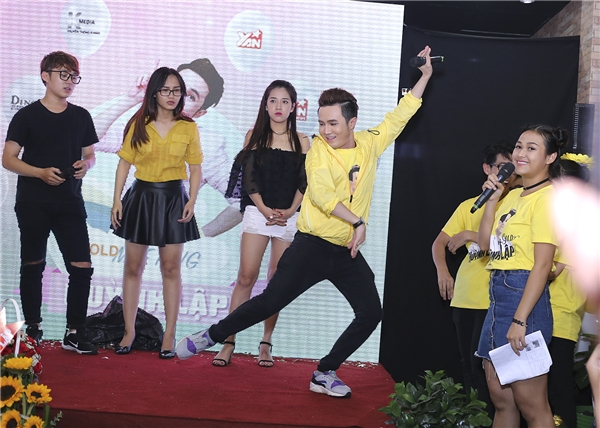 Tiểu phẩm đã làm cho các fans không ngừng hò hét, những tràng cười lăn lộn vì tiểu phẩm rất duyên dáng của Huỳnh Lập.