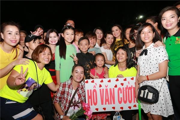 Rất đông khán giả là fan của Hồ Văn Cường tại Hà Nội đã chờ em tại sân khấu để được chụp hình và chuẩn bị đồ cổ vũ không thua gì các ngôi sao lớn.