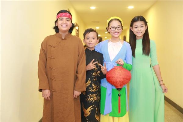 Tham gia cùng Hồ Văn Cường còn có người bạn thân Jayden, bé Phạm Tuyết Nhung - cũng là con nuôi của ca sĩ Phi Nhung vàPhương Mỹ Chi.