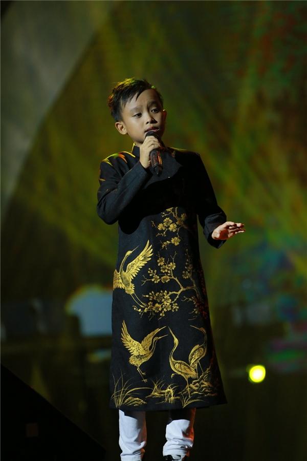 Hồ Văn Cườngrụt rè trong lần đầu ra Hà Nội biểu diễn trên 1 sân khấu lớn.