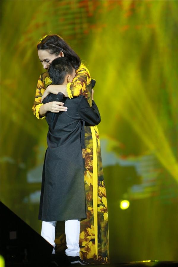 Hồ Văn Cường hạnh phúc trong vòng tay của khán giả Thủ đô