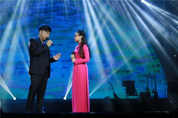 Sau đó, cô bé cùng Quang Lê trình bày ca khúc Sa mưa giông đầyngọt ngào.