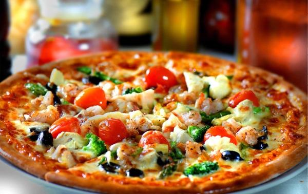 Mỹ - Mặc dù pizza có nguồn gốc từ Ý nhưng loại bánh nổi tiếng này lạiđược hoàn thiện bởi người Mỹ. Người dân thành phố, sinh viên và cả những tín đồ ăn khuya đều chọn pizza cho bữa tối thứ 2 của họ. Họyêu thích món bánh này đến nỗi 93% người dân ăn ít nhất 1 cái mỗi tháng. Hơn nữa, họ có thể tự do lựa chọn những chiếcpizza đủ mùi vị tùy theo khẩu vị của họ.(Ảnh: Internet)