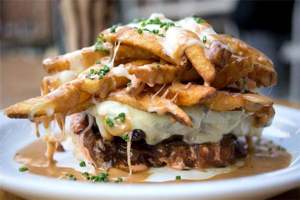 Canada - Pountine là món ăn nhẹđược làm từ khoai tây chiên, pho mát đông và nước sốt. Ăn pountine như ăn một bữa tốiTạ ơn vào giữa đêm. Nó khiến bạn thấy ấm áp vàthư giãnhơn. Chính vì thế, pountine rất được yêu chuộng trên khắp mọi miền Great White North.(Ảnh: Internet)
