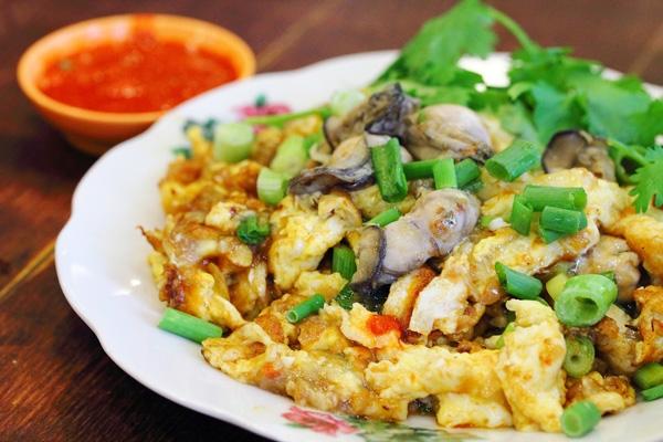 Thái Lan -Bữa ăn khuya khá phổ biến ở Thái Lan. Người dân địa phương thường xếp hàng phía sau xe đẩy yêu thích cho bữa ăn rẻ tiền mà thường tốt hơn so với những gì họ muốn tìm thấy trong nhà hàng. Ngoại trừOyster Omelet, món ăn bao gồm hàu chiên giòn, trứng chiên và tương ớt cay, bạn có thể tìm được món nào thích hợp hơn?(Ảnh: Internet)