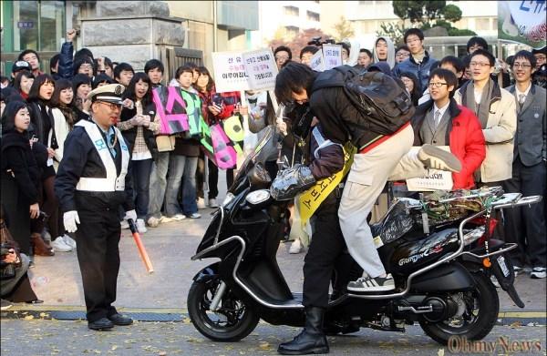 Một cảnh sát giao thông chở học sinh đến địa điểm thi.(Ảnh: Internet)