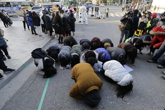 Người nhà sĩ tử, các hậu bối quỳ lạy cầu nguyện.(Ảnh: Internet)