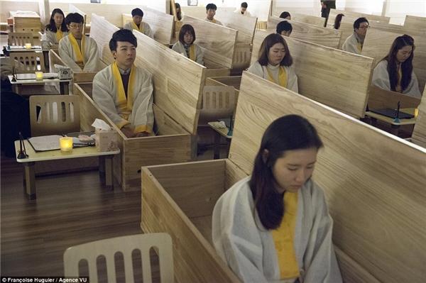 Lớp học trải nghiệm cái chết với sự tham gia của nhiều học sinh. (Ảnh: Internet)