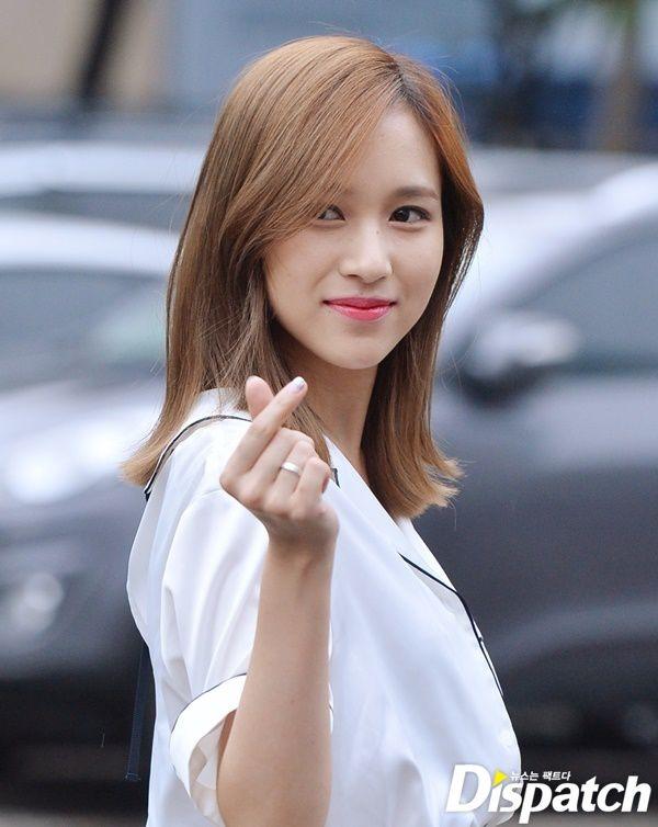 """Gò má phúng phính cùng mái tóc nữ tính giúp Mina ngày xưa trông như búp bê xinh xắn. Đặc biệt là nụ cười tỏa nắng không có gì thay đổi khi trưởng thành và trở thành vũ khí """"đốn tim"""" fan của nữ thần tượng."""