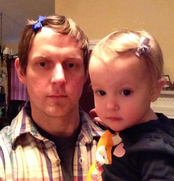 Sẵn tiện mặt con giống bố thì tóc cũng nên giống luôn, bố ạ.