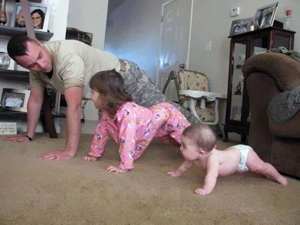 Các con phải tập chống đẩy mới khỏe mạnh được như bố.