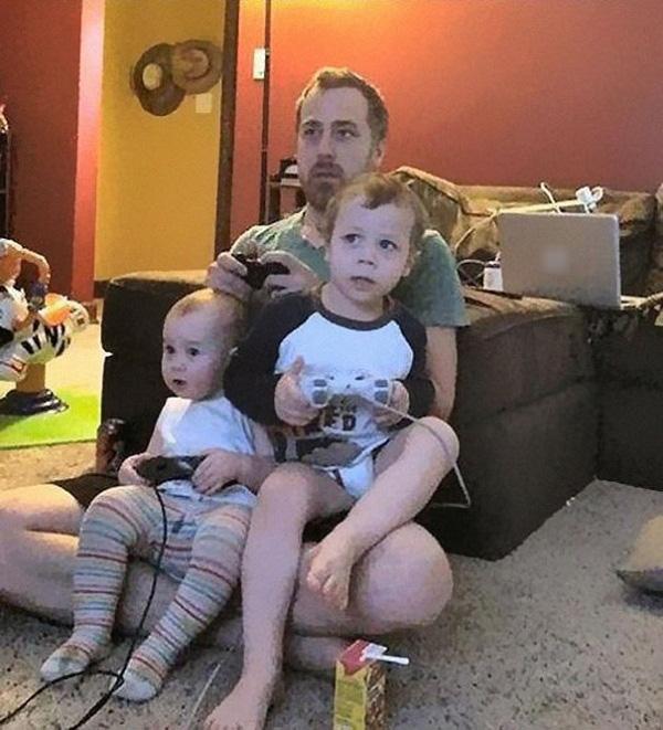 Hai em bé không hề biết chiếc điều khiển của mình không được nối với máy điện tử.