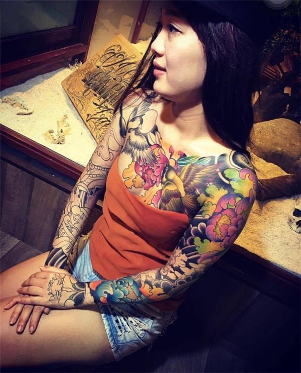 Cô gái với hình xăm kín ngực từng thu hút được rất nhiều sự chú ý.