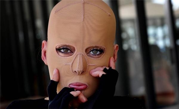 Dana còn phải đeo mặt nạ và mặc đồ chuyên dụng để tránh các vết thương bị nhiễm trùng sâu.