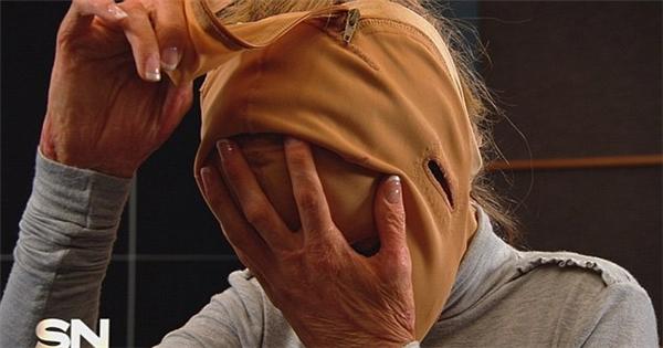 Sau tất cả, cô Dana đã quyết định cởi mặt nạ của mình.
