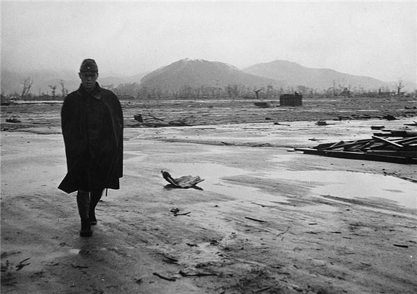 Một người lính Nhật đi qua vùng đất hoang tàn một tháng sau vụ bom nguyên tử phá tan thành phố Hiroshima.