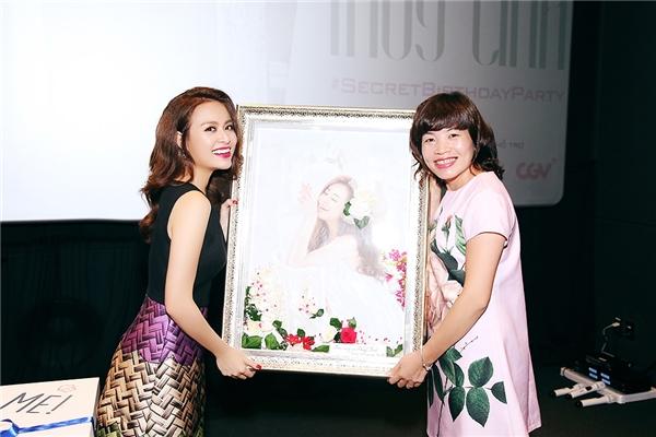 Một khán giả đã vẽbức chân dung Hoàng Thùy Linh và tặng cô nhân ngày sinh nhật mừng tuổi 28.  - Tin sao Viet - Tin tuc sao Viet - Scandal sao Viet - Tin tuc cua Sao - Tin cua Sao