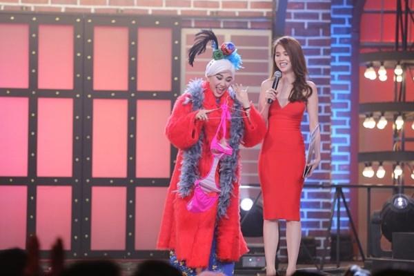 Đặc biệt, bạn gái Trấn Thành đã đi sắm chiếc bikini hồng dạ quang để tặng cho Ngọc Trinh. - Tin sao Viet - Tin tuc sao Viet - Scandal sao Viet - Tin tuc cua Sao - Tin cua Sao