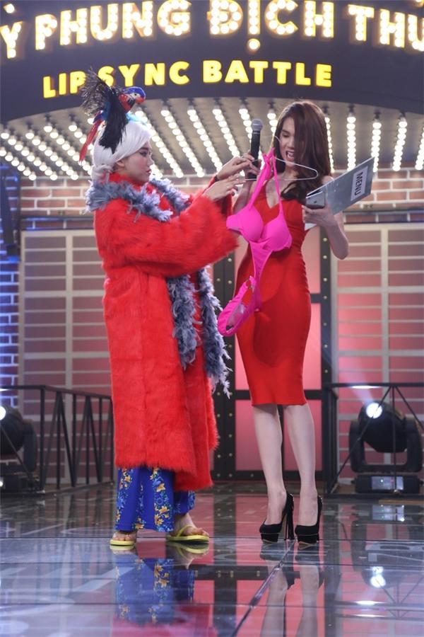 Ngọc Trinh hết hồn vì được Hari Won tặng bikini - Tin sao Viet - Tin tuc sao Viet - Scandal sao Viet - Tin tuc cua Sao - Tin cua Sao