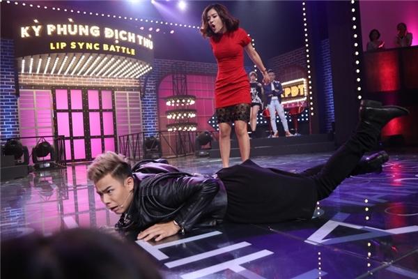 """Thậm chí, để tăng thêm kịch tính cho màn """"đánh ghen"""" trong ca khúc, Hoàng Yến Chibi không ngại ngần """"vùi dập"""" Trần Anh Huy khi liên tiếp """"đạp ngã"""" nam MC ngay trên sân khấu."""
