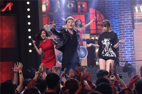 """Tiếp tục biểu diễn trong vòng 1, MC Anh Huy phát huy độ nhoi hết mức khi """"lăn lê"""" khắp sân khấu với bản hit I am the best của 2NE1. Dù không thuộc lời nhưng vũ đạo tự tin của Anh Huy khiến Ngọc Trinh liên tục hú hét đầy thích thú."""