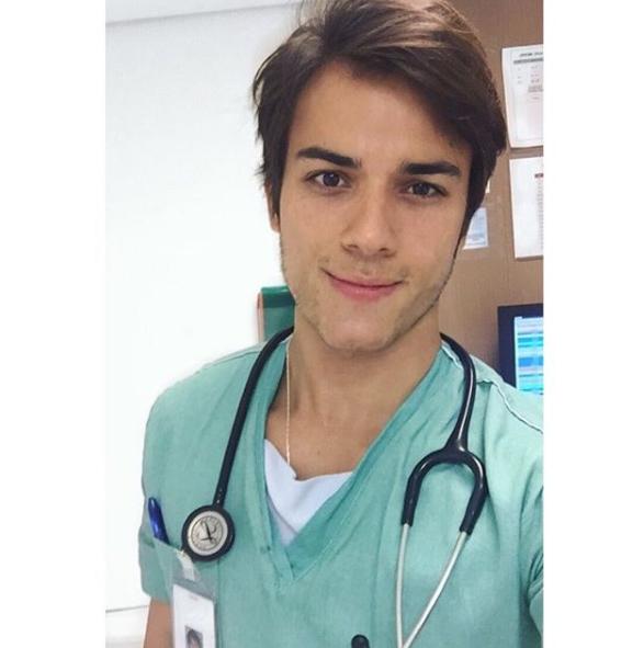 Vẻ điển trai gây sát thương của chàng bác sĩ hot nhất Instagram